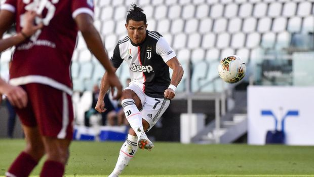 Juventus' Cristiano Ronaldo scores his side's thrid goal on a free-kick, during the Serie A soccer match between Juventus and Torino, at the Allianz Stadium in Turin, Italy, Saturday, July 4, 2020. (Marco Alpozzi/LaPresse via AP)