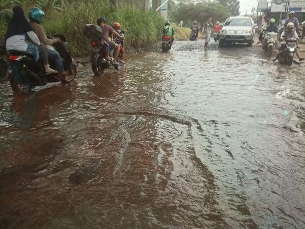 Parah! Pertigaan di Jalan Raya Bojong Gede Ini Terendam Air Meski Tak Hujan