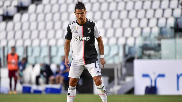 Juventus' Cristiano Ronaldo concentrates moments before scoring his side's thrid goal on a free-kick, during the Serie A soccer match between Juventus and Torino, at the Allianz Stadium in Turin, Italy, Saturday, July 4, 2020. (Marco Alpozzi/LaPresse via AP)