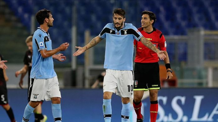 ROME, ITALY - JULY 04:  Luis Alberto and Marco Parolo protest against the referee Gianpaolo Calvarese during the Serie A match between SS Lazio and AC Milan at Stadio Olimpico on July 4, 2020 in Rome, Italy.  (Photo by Paolo Bruno/Getty Images)