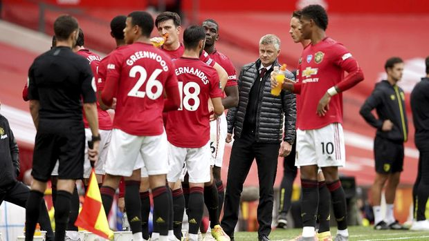 Manchester United's manager Ole Gunnar Solskjaer, center, looks at his team during a break in the English Premier League soccer match between Manchester United and Bournemouth at Old Trafford stadium in Manchester, England, Saturday, July 4, 2020. (Dave Thompson/Pool via AP)