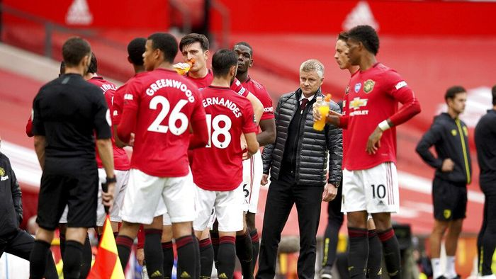 Manchester Uniteds manager Ole Gunnar Solskjaer, center, looks at his team during a break in the English Premier League soccer match between Manchester United and Bournemouth at Old Trafford stadium in Manchester, England, Saturday, July 4, 2020. (Dave Thompson/Pool via AP)