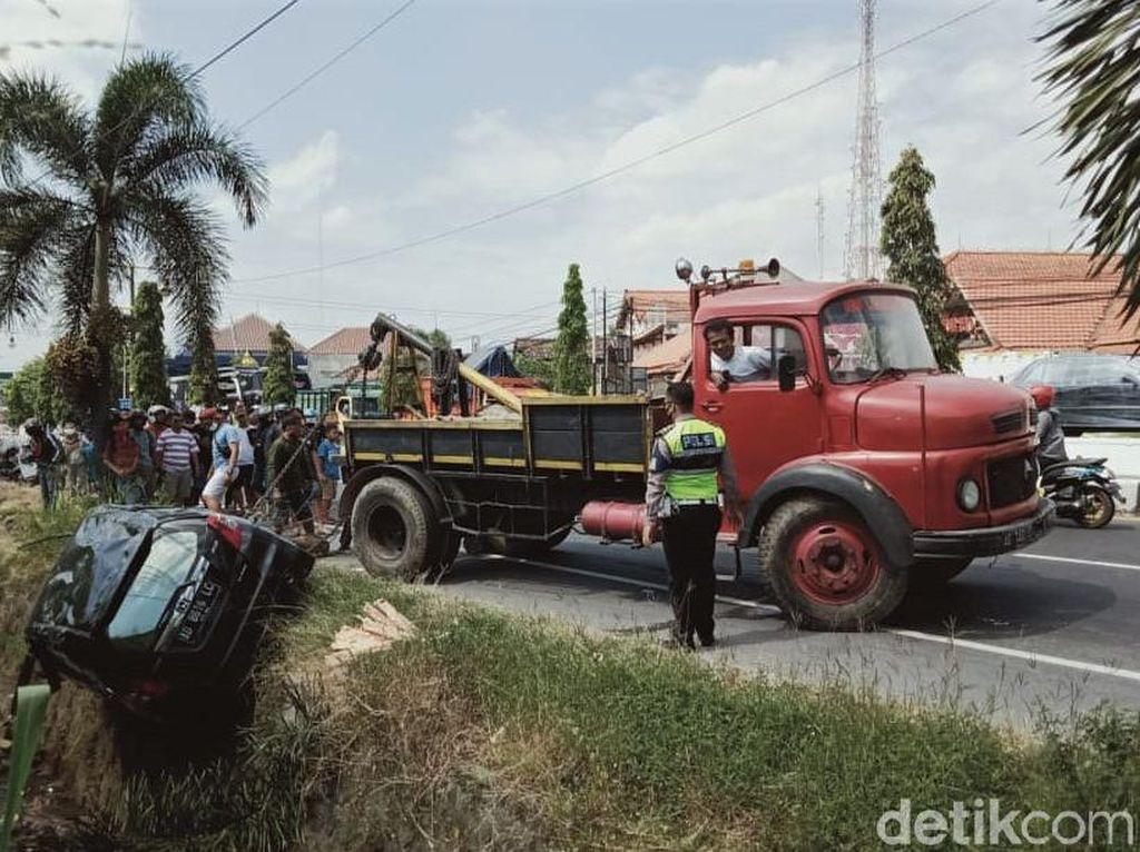 Mobil yang Nyemplung ke Sungai di Jalan Yogya-Solo Dievakuasi