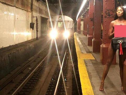Naomi Campbell jalan-jalan di stasiun tanpa busana.