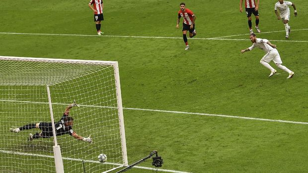 Real Madrid's Sergio Ramos, right, scores the opening goal from a penalty shoot during the Spanish La Liga soccer match between Athletic Club and Real Madrid at the San Manes stadium in Bilbao, Spain, Sunday, July 5, 2020. (AP Photo/Alvaro Barrientos)