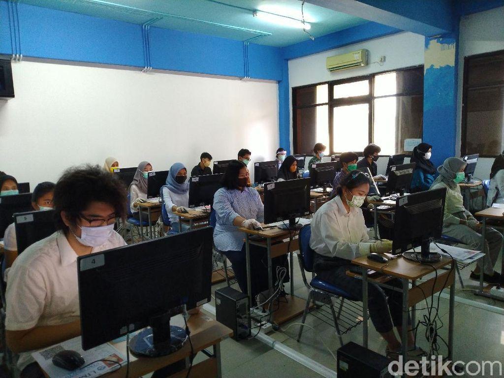 UTBK di UNJ, Semua Peserta Ujian Memakai Masker dan Sarung Tangan
