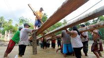 Warga Gorontalo Gotong Royong Bangun Jembatan Darurat