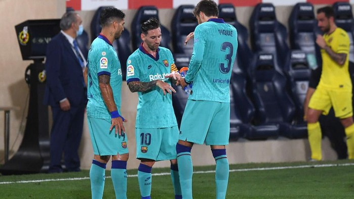VILLAREAL, SPAIN - JULY 05: Lionel Messi speaks with Gerard Pique and Luis Suarez of Barcelona during the Liga match between Villarreal CF and FC Barcelona at Estadio de la Ceramica on July 05, 2020 in Villareal, Spain. (Photo by Alex Caparros/Getty Images)