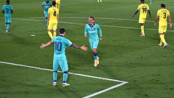VILLAREAL, SPAIN - JULY 05: Antoine Griezmann of Barcelona celebrates after scoring his sides third goal with Lionel Messi during the Liga match between Villarreal CF and FC Barcelona at Estadio de la Ceramica on July 05, 2020 in Villareal, Spain. (Photo by Alex Caparros/Getty Images)