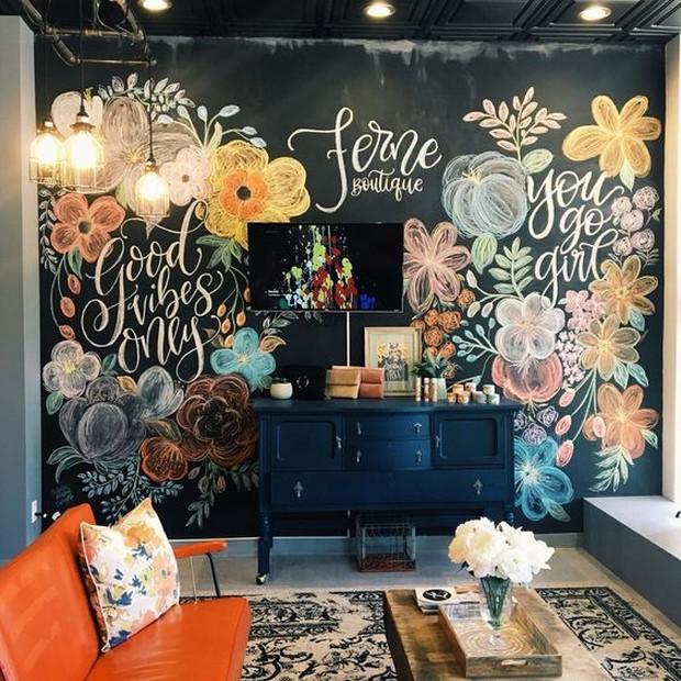Dinding papan tulis menciptakan ruangan berdebu dan berantakan.