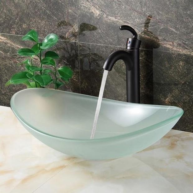 Jika air dari keran terlalu kencang, air akan keluar dari wastafel.