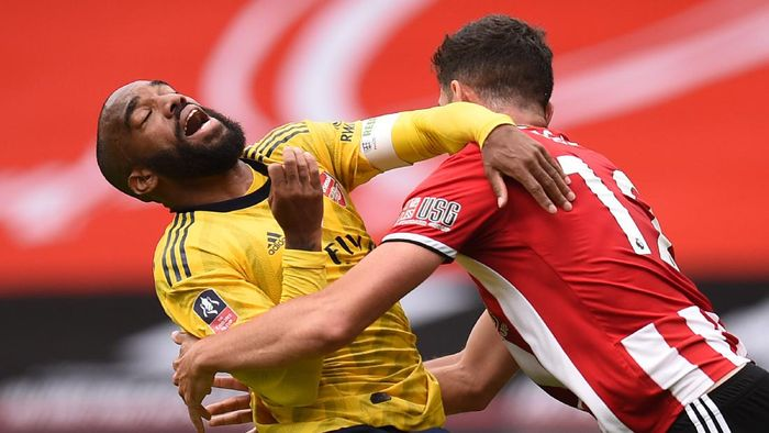 SHEFFIELD, ENGLAND - JUNE 28: Alexandre Lacazette of Arsenal battles for possession with John Egan of Sheffield United during the FA Cup Fifth Quarter Final match between Sheffield United and Arsenal FC at Bramall Lane on June 28, 2020 in Sheffield, England. (Photo by Oli Scarff/Pool via Getty Images)