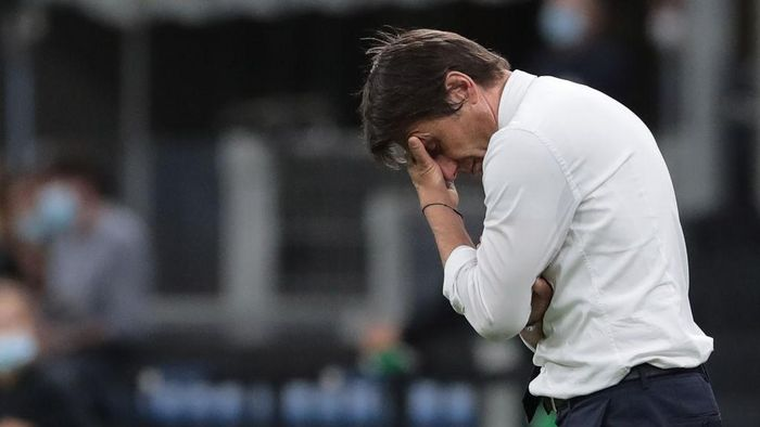 MILAN, ITALY - JUNE 24:  FC Internazionale coach Antonio Conte shows his dejection during the Serie A match between FC Internazionale and US Sassuolo at Stadio Giuseppe Meazza on June 24, 2020 in Milan, Italy.  (Photo by Emilio Andreoli/Getty Images)