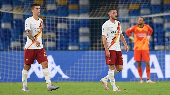 NAPLES, ITALY - JULY 05: Jordan Veretout and Gianluca Mancini of AS Roma stand disappointed during the Serie A match between SSC Napoli and  AS Roma at Stadio San Paolo on July 05, 2020 in Naples, Italy. (Photo by Francesco Pecoraro/Getty Images)