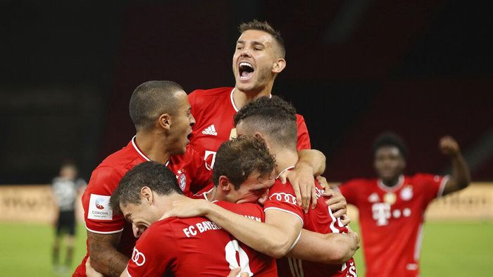 Munichs Robert Lewandowski , center bottom, celebrates with teammates after scoring his teams fourth goal during the DFB Cup final match between Bayer 04 Leverkusen and FC Bayern Muenchen at Olympiastadion in Berlin, Germany, Saturday, July 4, 2020. (Photo by Alexander Hassenstein/Pool via AP)