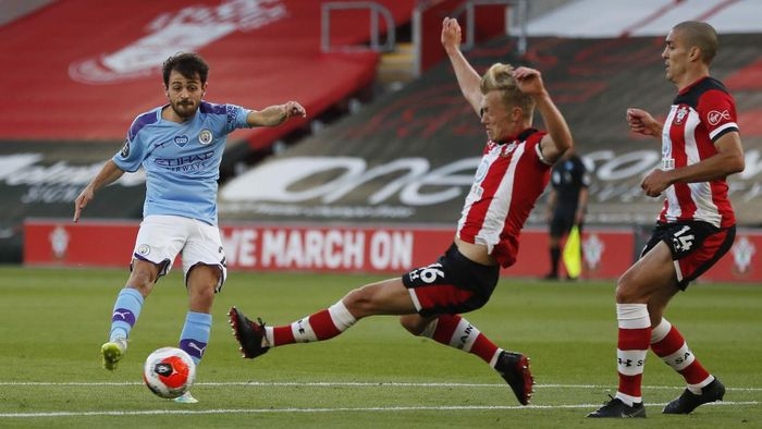 SOUTHAMPTON, ENGLAND - JULY 05: Bernardo Silva of Manchester City shoots past James Ward-Prowse of Southampton  during the Premier League match between Southampton FC and Manchester City at St Marys Stadium on July 05, 2020 in Southampton, England. Football Stadiums around Europe remain empty due to the Coronavirus Pandemic as Government social distancing laws prohibit fans inside venues resulting in games being played behind closed doors. (Photo by Frank Augstein/Pool via Getty Images)