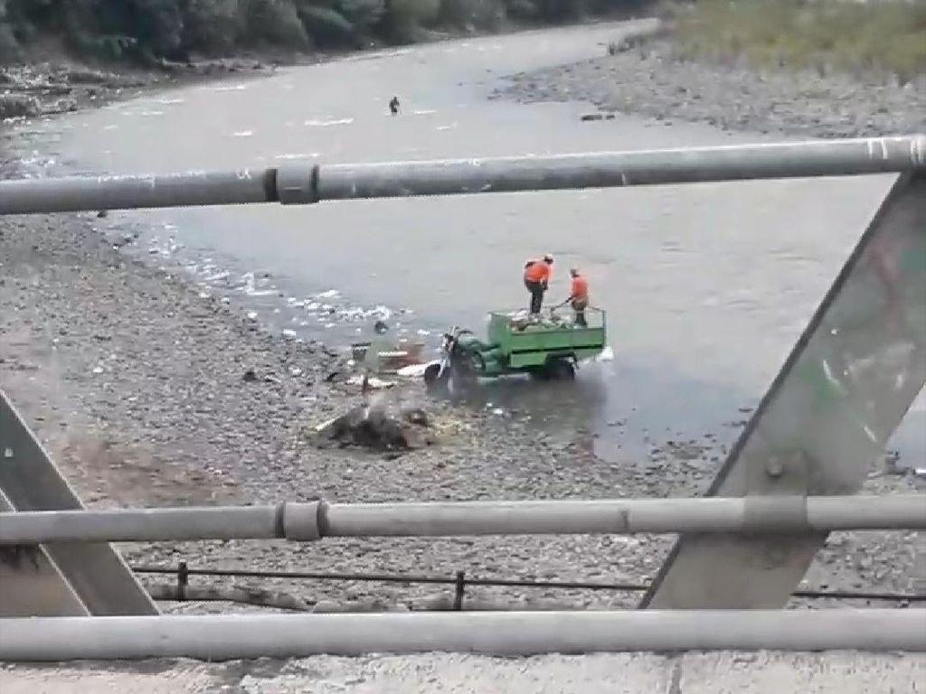 Terungkap! 2 Pria Buang Sampah di Sungai Cianjur Petugas Kebersihan