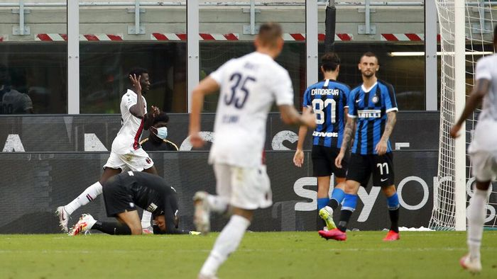 Bolognas Musa Barrow, left, celebrates after scoring his sides second goal during the Serie A soccer match between Inter Milan and Bologna at the Milan San Siro Stadium, Italy, Sunday, July 5, 2020. (AP Photo/Antonio Calanni)