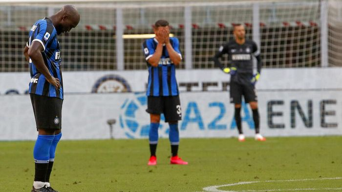 Inter Milans Romelu Lukaku, left, Danilo DAmbrosio and goalkeeper Samir Handanovic react after Bolognas Musa Barrow scored his sides 2nd goal, during the Serie A soccer match between Inter Milan and Bologna at the Milan San Siro Stadium, Italy, Sunday, July 5, 2020. (AP Photo/Antonio Calanni)