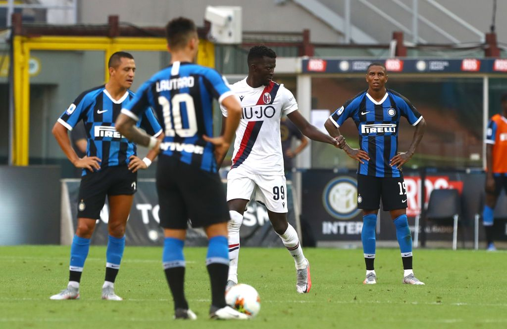 MILAN, ITALY - JULY 05:  Danilo D Ambrosio of FC Internazionale competes for the ball with Musa Barrow of Bologna FC during the Serie A match between FC Internazionale and Bologna FC at Stadio Giuseppe Meazza on July 5, 2020 in Milan, Italy.  (Photo by Marco Luzzani/Getty Images)