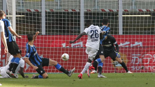 Bologna's Musa Juwara scores his side's opening goalduring the Serie A soccer match between Inter Milan and Bologna at the Milan San Siro Stadium, Italy, Sunday, July 5, 2020. (AP Photo/Antonio Calanni)