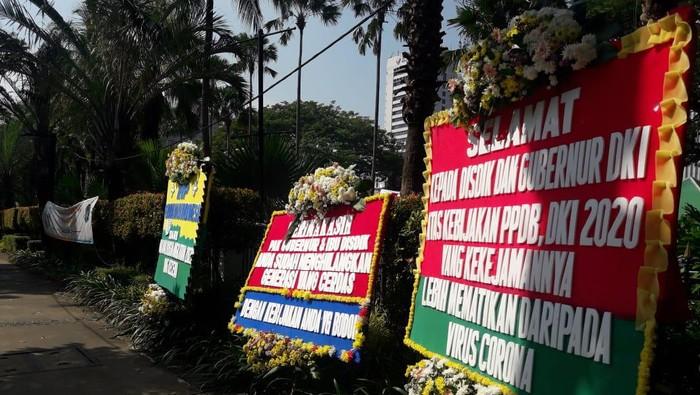 Karangan Bunga Kekecewan PPDB DKI di Balai Kota DKI