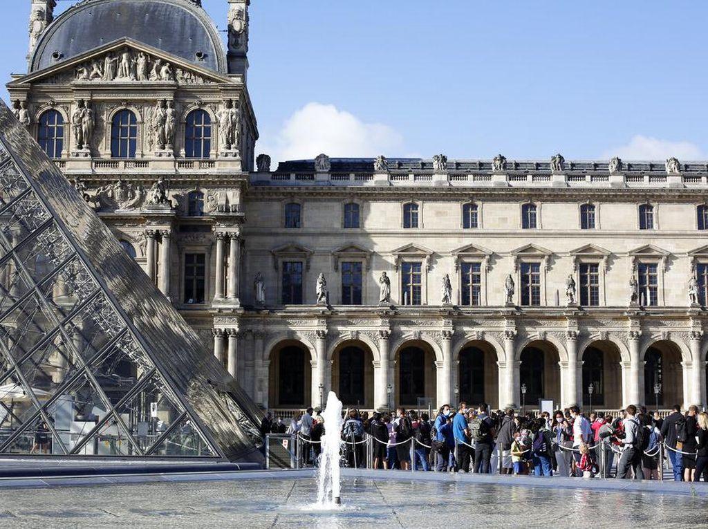 Gambar Simbol NAZI Dekat Louvre, Turis Ini Ditangkap