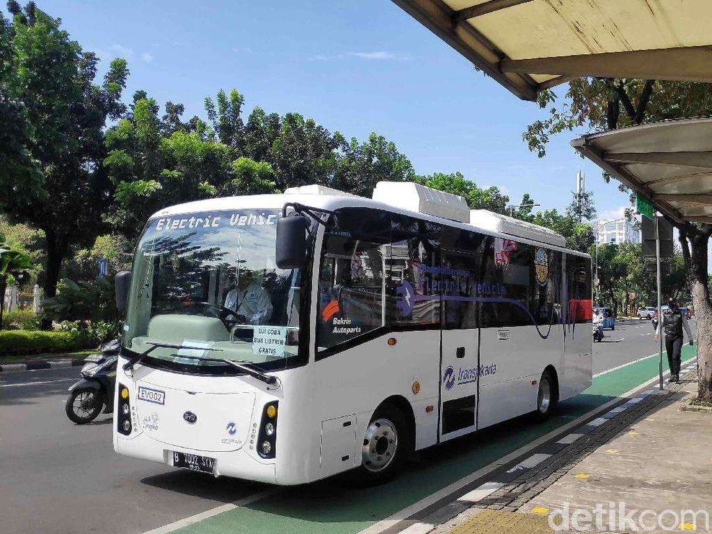 Begini Rasanya Naik Bus Listrik Transjakarta