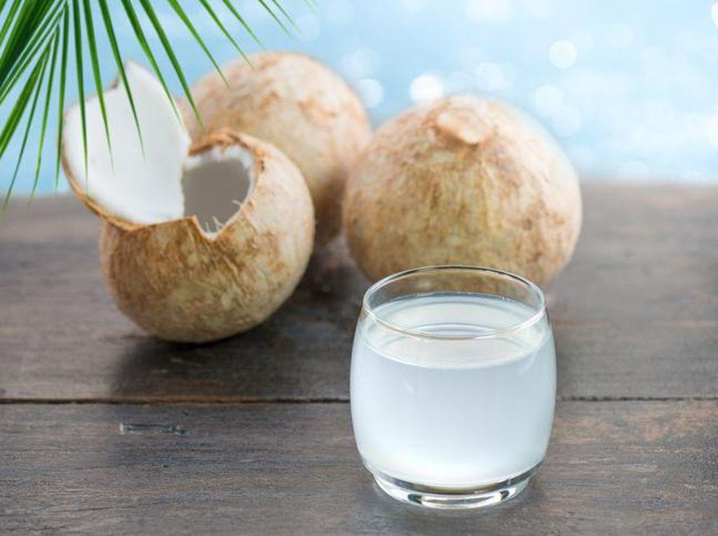 Minum Air Kelapa Setelah Vaksin Benarkah Hilangkan Efek Vaksin COVID-19?
