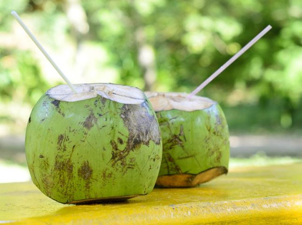 9 Manfaat Air Kelapa Muda, Minuman Rendah Kalori yang Bikin Awet Muda