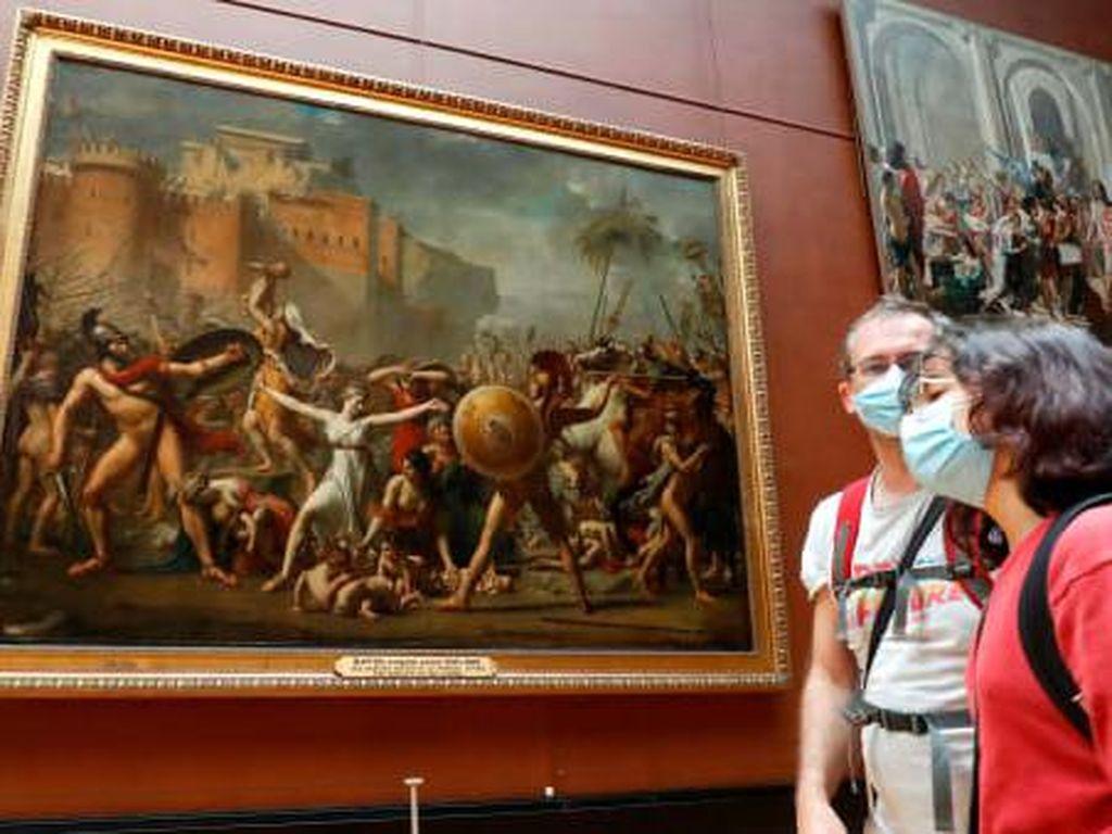 Turis Wanita Dilarang Masuk Museum, Gegara Belahan Dada Kelihatan