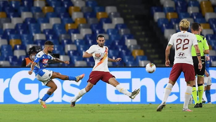 NAPLES, ITALY - JULY 05: Lorenzo Insigne of SSC Napoli scores the 2-1 goal during the Serie A match between SSC Napoli and  AS Roma at Stadio San Paolo on July 05, 2020 in Naples, Italy. (Photo by Francesco Pecoraro/Getty Images)