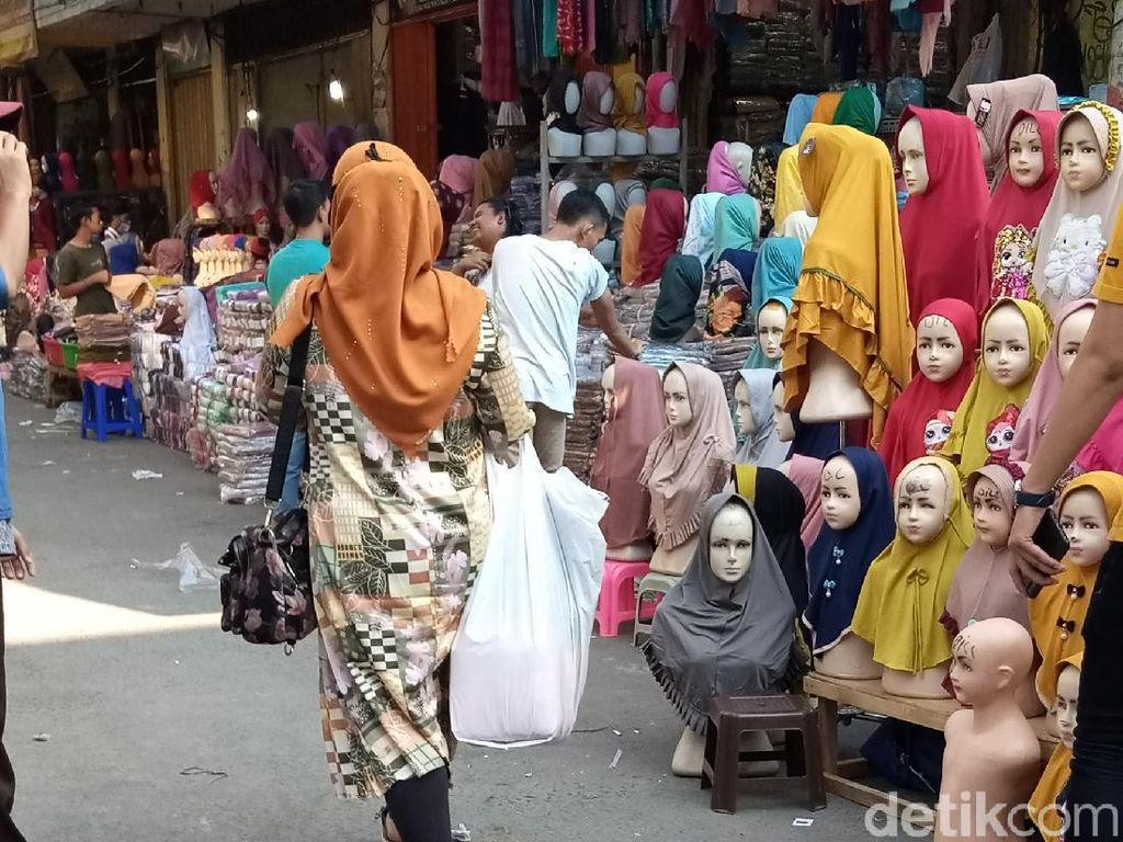Pedagang-Pembeli di Pasar Tanah Abang Masih Pakai Kantong Plastik