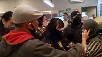 Kasir Kafe di Makassar Diamankan Polisi karena Pakai Kaus Berlogo Palu Arit