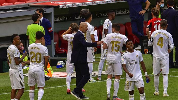 Real Madrids head coach Zinedine Zidane, center, talks to his players during the Spanish La Liga soccer match between Athletic Club and Real Madrid at the San Manes stadium in Bilbao, Spain, Sunday, July 5, 2020. (AP Photo/Alvaro Barrientos)