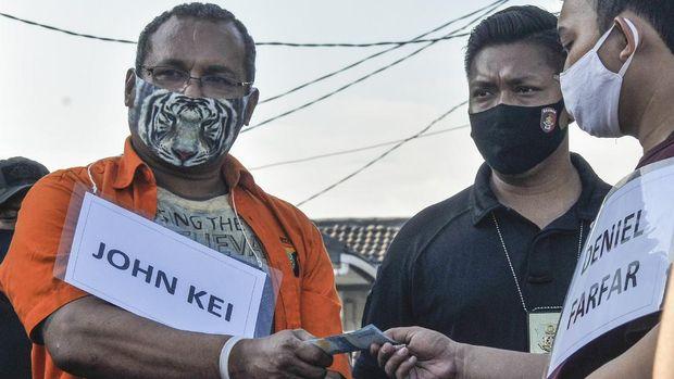 John Kei (kiri) memperagakan reka ulang perencanaan penyerangan di Bekasi, Jawa Barat, Senin (6/7/2020). Pada rekonstruksi tersebut John Kei bersama anak buahnya memperagakan 8 adegan di 2 lokasi. ANTARA FOTO/ Fakhri Hermansyah/hp.