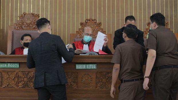 Ketua Majelis Hakim Nazar Effriandi (tengah) memimpin sidang permohonan peninjauan kembali (PK) yang diajukan oleh buronan kasus korupsi pengalihan hak tagih (cessie) Bank Bali, Djoko Tjandra di PN Jakarta Selatan, Jakarta, Senin (6/7/2020). Pengadilan Negeri Jakarta Selatan menunda sidang tersebut karena Djoko Tjandra dikabarkan sakit. ANTARA FOTO/Reno Esnir/wsj. *** Local Caption ***