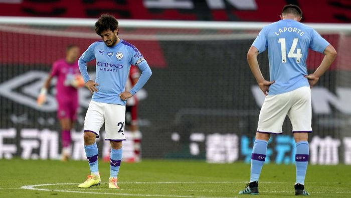 Southamptons Che Adams, second left, is congratulated by teammates after scoring his teams first goal during the English Premier League soccer match between Southampton and Manchester City at St. Marys Stadium in Southampton, England, Sunday, July 5, 2020. (AP Photo/Frank Augstein,Pool)
