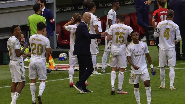 Real Madrid's head coach Zinedine Zidane, center, talks to his players during the Spanish La Liga soccer match between Athletic Club and Real Madrid at the San Manes stadium in Bilbao, Spain, Sunday, July 5, 2020. (AP Photo/Alvaro Barrientos)