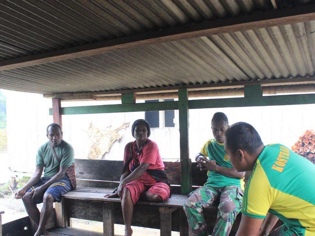 Akses Warga Distrik Boabado Papua ke Pasar Terputus, TNI Beri Bantuan Makanan