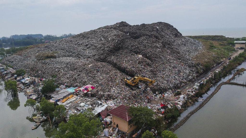 Sebuah alat berat menyortir tumpukan sampah yang menggunung di Tempat Pembuangan Akhir (TPA) Degayu, Pekalongan, Jawa Tengah, Senin (6/7/2020). Menurut Dinas Lingkungan Hidup setempat, tumpukan sampah di TPA tersebut sudah melebihi batas kapasitas dengan ketinggian tumpukan sampah mencapai sekitar 17 meter, melebihi batas standart yang ditentukan yaitu di bawah 10 meter dengan produksi sampah rata-rata mencapai 125 ton per hari. ANTARA FOTO/Harviyan Perdana Putra/hp.