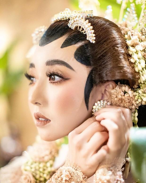 Potret kecintaan Sunny Dahye pada Indonesia dengan merias wajahnya seperti orang Jawa.