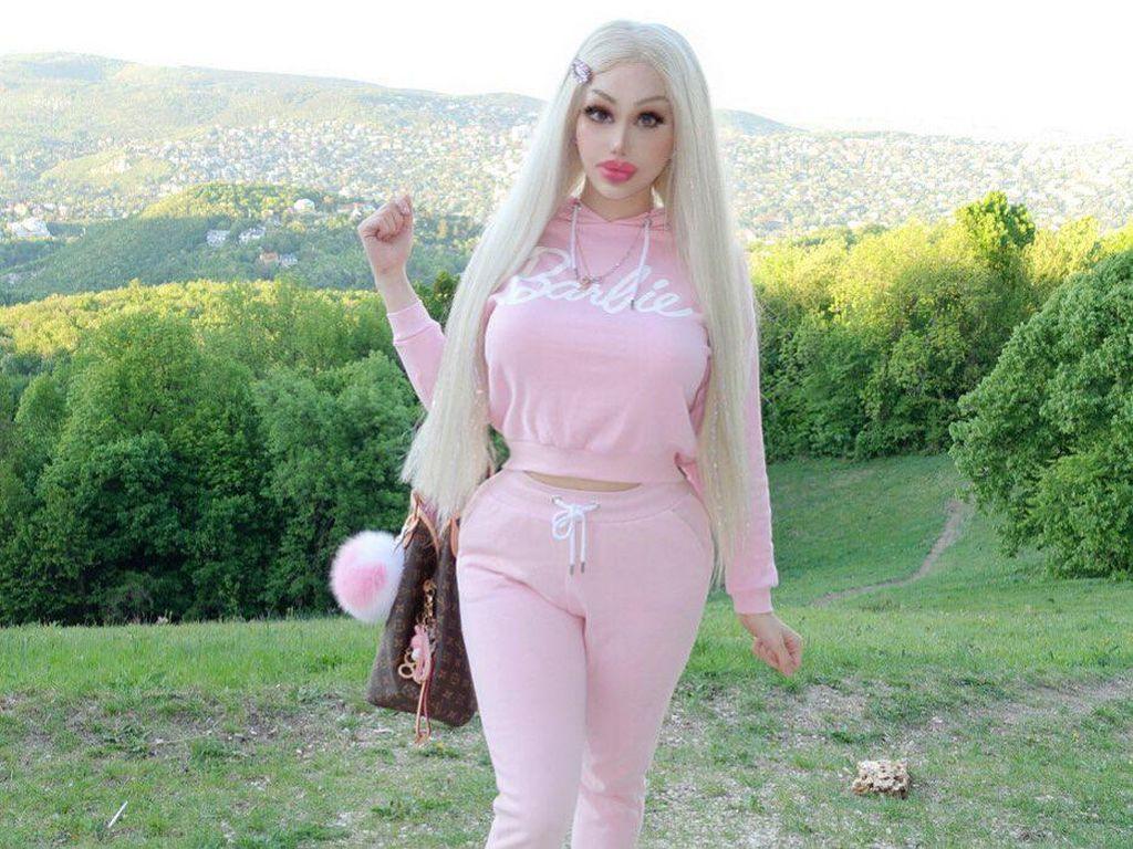 Foto: Wanita Punya Penampilan Bak Barbie, Terlalu Seksi untuk Kerja Kantoran