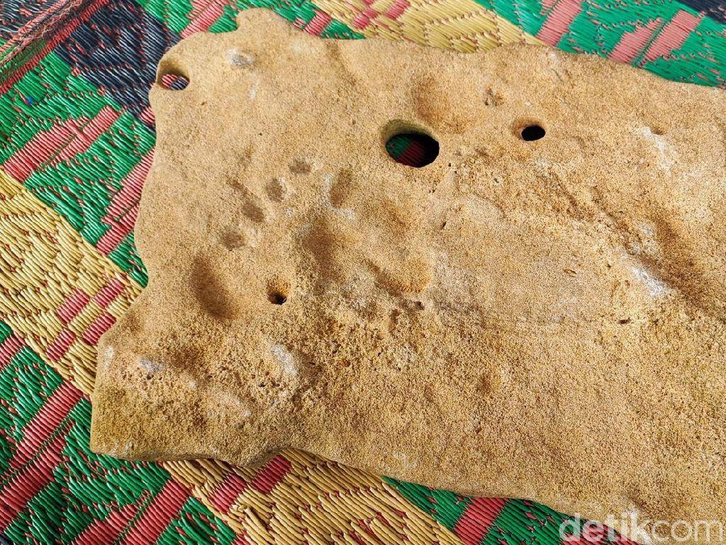 Melihat Batu Tapak Kaki yang Ditemukan Warga Ciamis Saat Gali Kubur