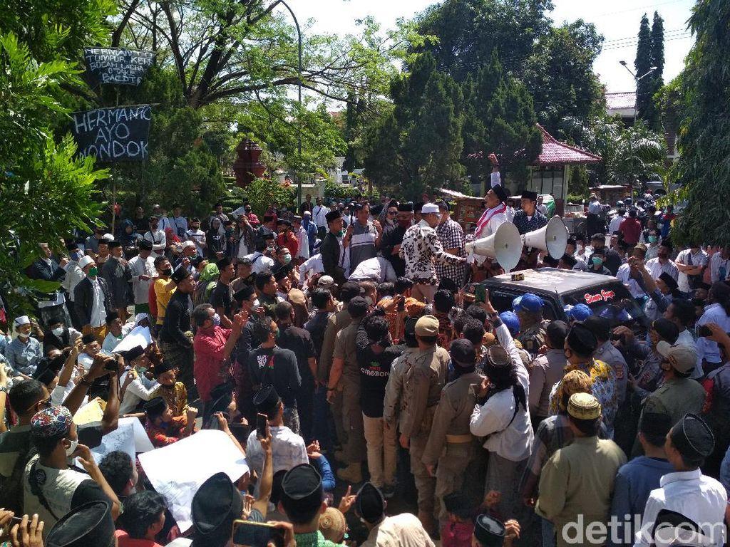 Tersinggung Ucapan Dewan, Santri Bermasker Geruduk Gedung DPRD Cirebon