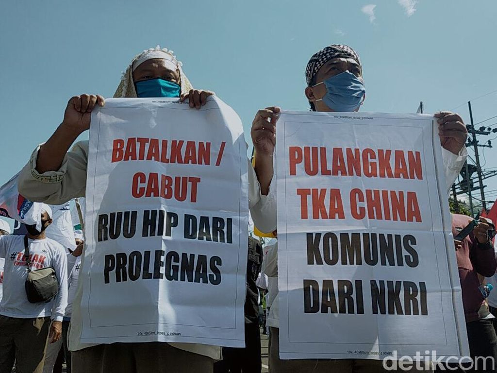 Massa Gamis Demo Tolak RUU HIP di DPRD Jatim