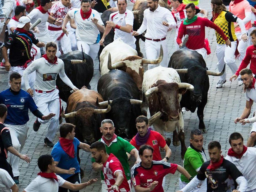 Tak Ada Lari Banteng Tahun ini, Warga Pamplona Bikin Pesta Kecil