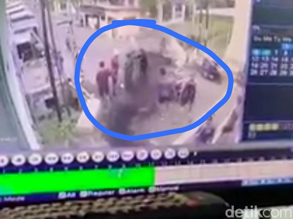 Video Pesepeda Keroyok Pelajar Gegara Teguran Minggir Bos