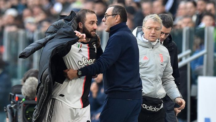 TURIN, ITALY - FEBRUARY 02: Gonzalo Higuain of Juventus reacts to his substitution by Head Coach Maurizio Sarri (R) during the Serie A match between Juventus and  ACF Fiorentina at Allianz Stadium on February 02, 2020 in Turin, Italy. (Photo by Tullio M. Puglia/Getty Images)