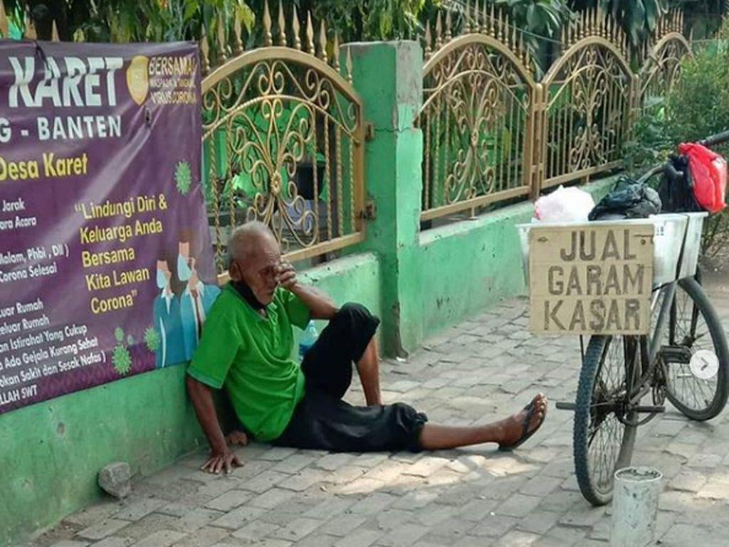 Kisah Haru Kakek 70 Tahun Jualan Garam Keliling Pakai Sepeda